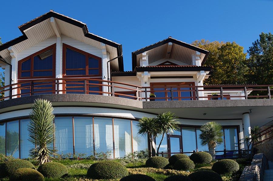 Коттедж с большими, деревянными окнами